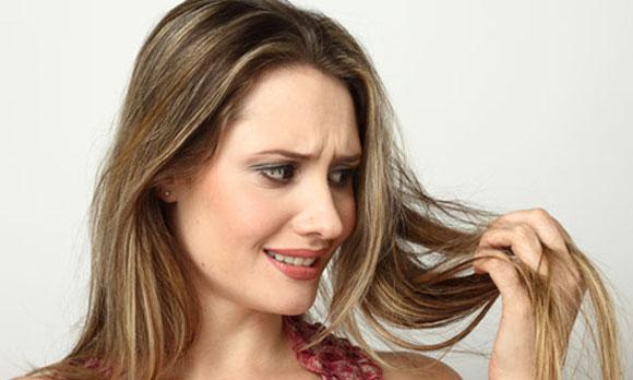 A perda do cabelo raciocina na mulher jovem